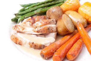 Carne blanca y vegetales con salsa de pan